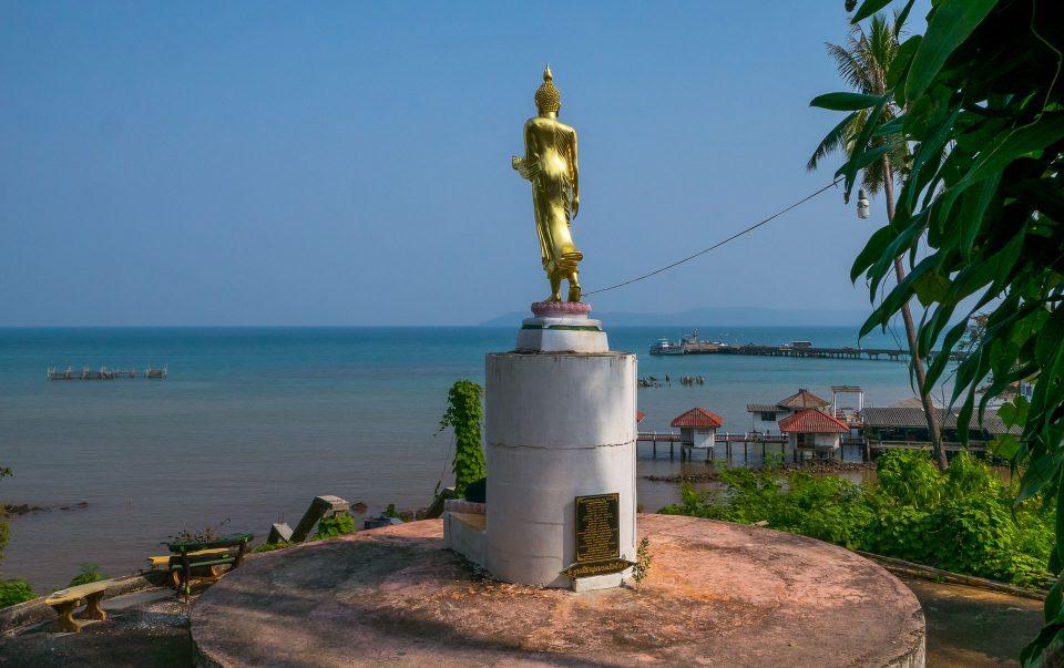 Золотая статуя на острове Мак