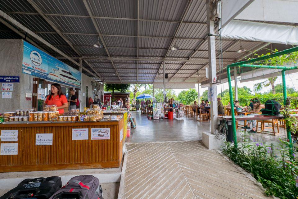 Кафешка компании Бунсири для ожидания катамарана