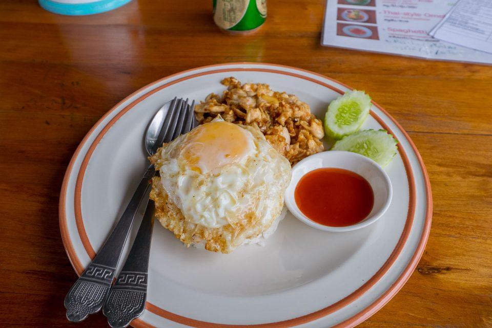 Рис с курицей и яичницей за 60 бат