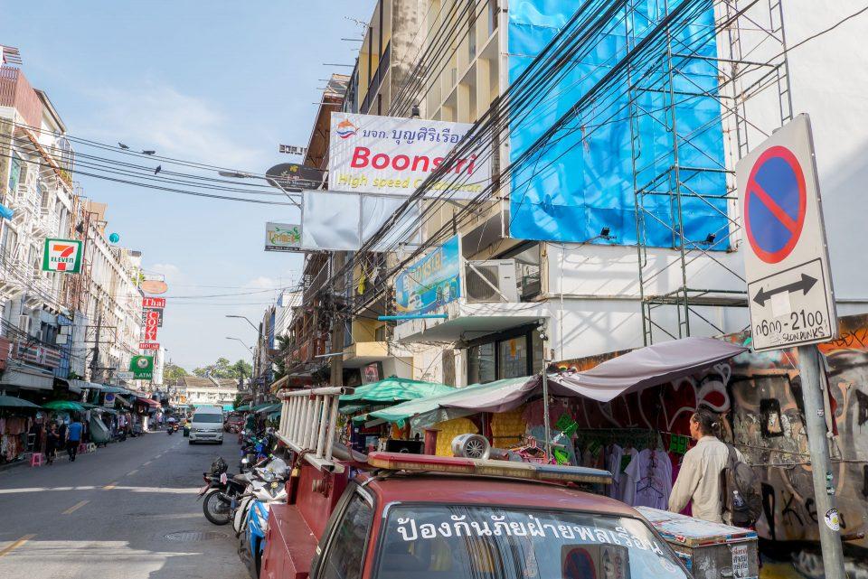Место отправления автобусов Бунсири на улице Танон Тани
