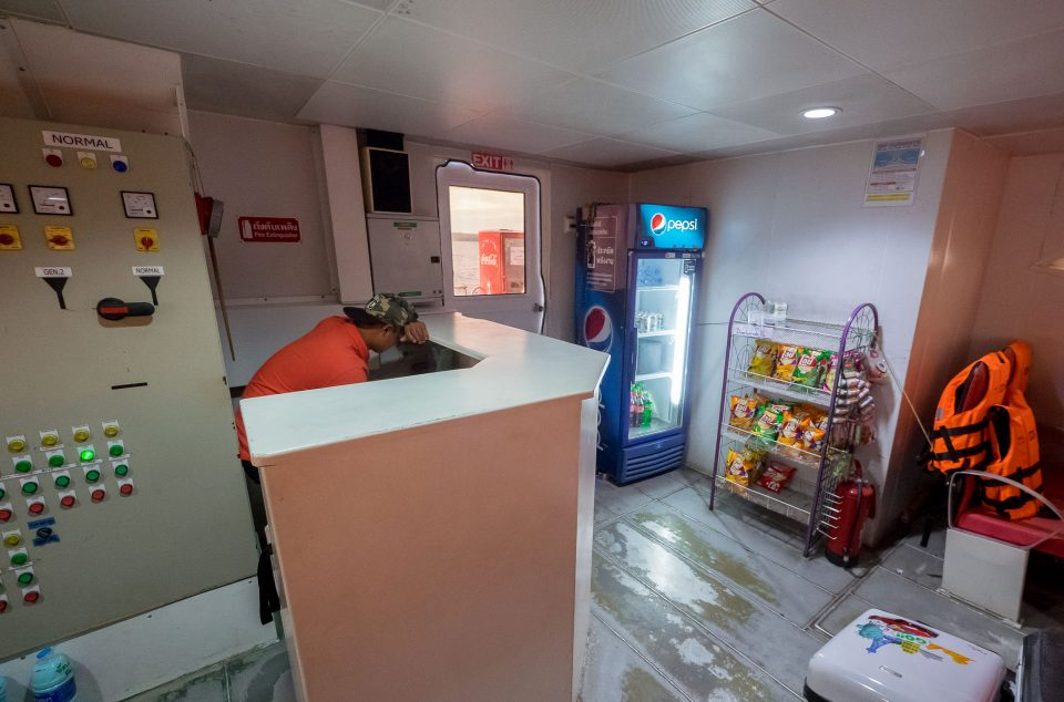 Продажа напитков на катамаране Бунсири