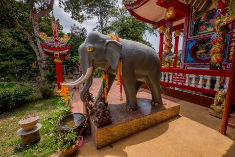 Большая скульптура слона