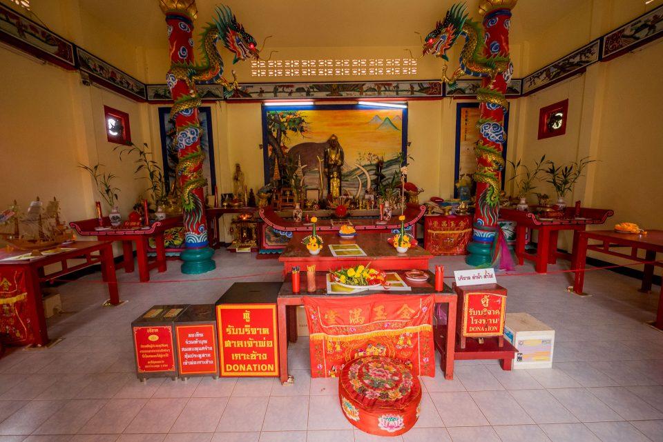 Внутри храма Чао Пор
