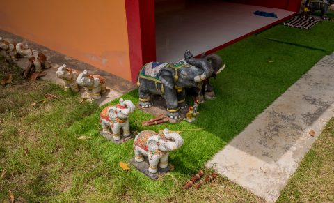 Фигуры слонов в храме Chao Por