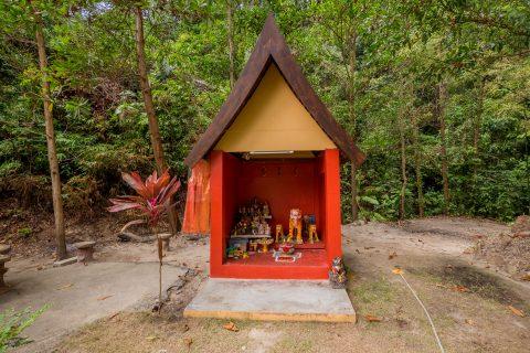 Домик для духов в храме Chao Por