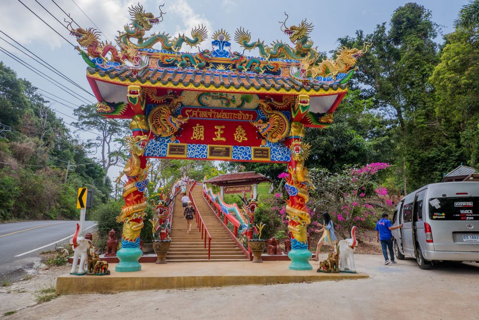 Центральный вход в храм Chao Por