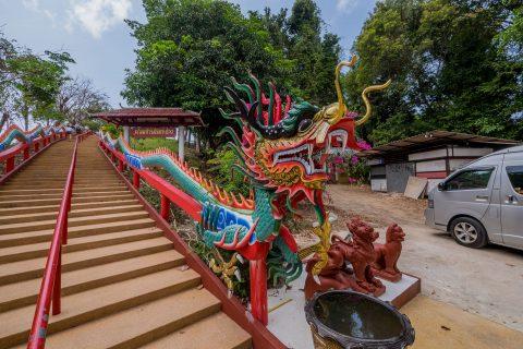 Фигура дракона в храме Chao Por